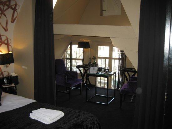Hotel Sebastian's: Seating Area in Apex Room 229