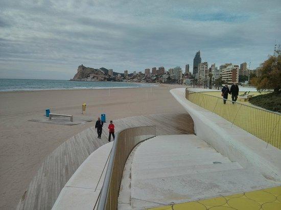 Poniente Beach: Accesos a Playa