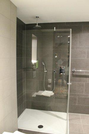 Hotel Golden Tulip Amsterdam West: Die Dusche war stets sauber und hatte eine komfortable Größe