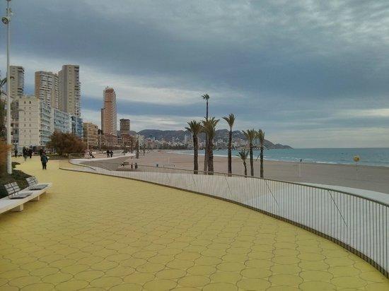 Poniente Beach: Paseo Marítimo