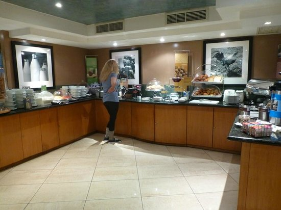 Hampton Inn by Hilton Guayaquil-Downtown : Breakfast buffet and a hungry guest