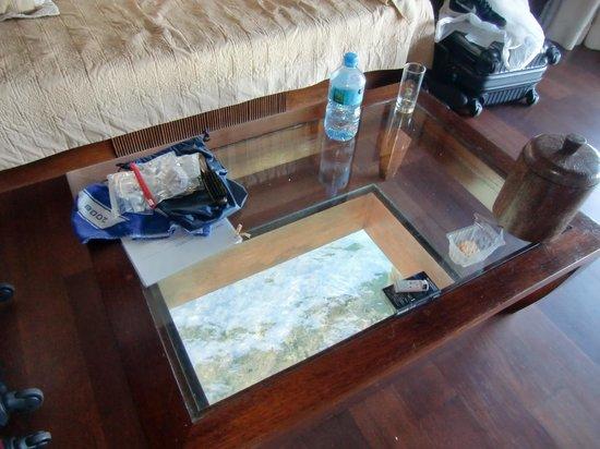 Manava Beach Resort & Spa - Moorea: 床のガラスは夜ライトアップで魚が寄ってきます