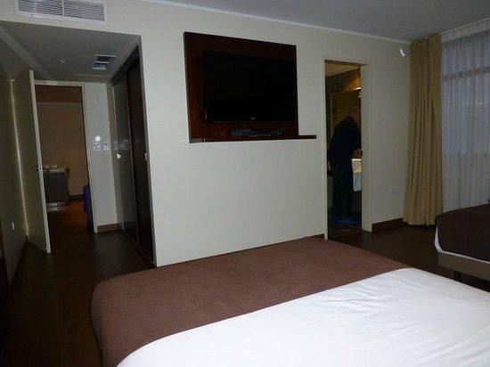 Hotel Reina Isabel : Sleeping area looking towards bathroom and hallway leading to sitting/dining area
