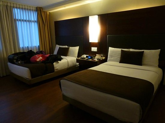 Hotel Reina Isabel: Nice room with comfy beds
