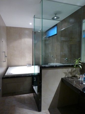 Hotel Reina Isabel: Bathroom with tub and shower