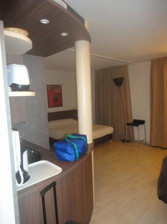Suite-Home Apt en Luberon: Entrée coin cuisine à gauche