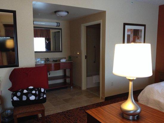 Hampton Inn & Suites Pittsburgh-Meadow Lands: King suite