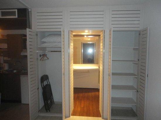 Suite-Home Apt en Luberon: 1 des placards effet-optique donne dans la SDB