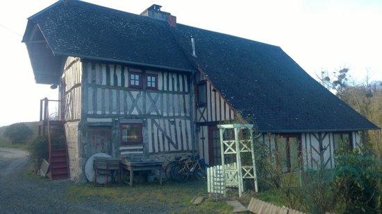La Maison de Christelle: La fameuse maison et son petit escalier rouge menant à la chambre.