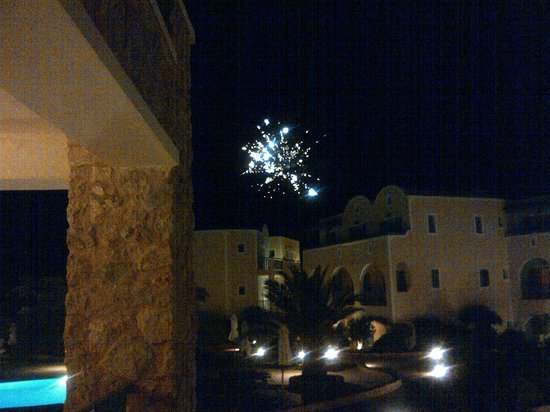 Santo Miramare Resort: Fireworks on the beach or Volcano erruption?