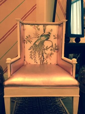 Kimpton Hotel Monaco Philadelphia : pink chair beside fireplace