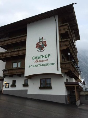 Gasthof Eckartauerhof: View of hotel from car park.