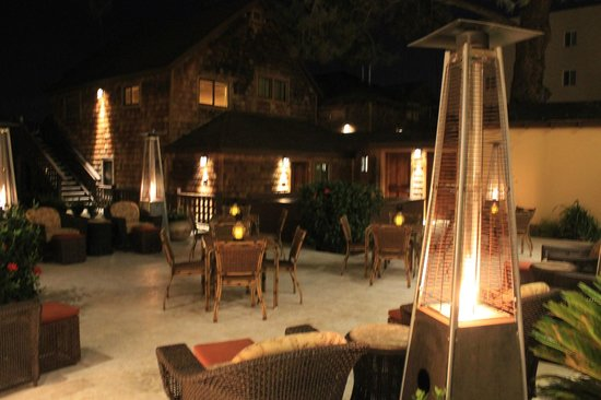 Pantai Inn: guest patio at night