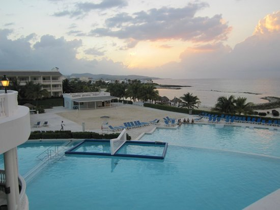 Grand Palladium Jamaica Resort & Spa: Pool, beach and part of villa complex