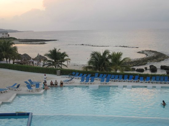 Grand Palladium Jamaica Resort & Spa: Part of pool and beach Pool is 45,000 Sq Ft  Huge!