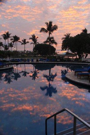 Mauna Lani Bay Hotel & Bungalows : sunset from pool