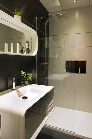 """Hotel des Arceaux: Chambre supérieure n°301 """"Luméo"""" Salle de bain"""