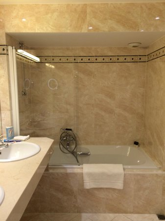 Hotel Metropole: Bagno con vasca
