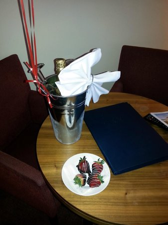 Park Farm Hotel: Bottle of Fizz on ice in our room