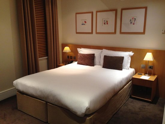 The Nadler Kensington: Double room with queen size bed