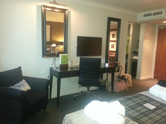 DoubleTree by Hilton Dundee: TV and desk