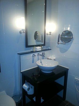 DoubleTree by Hilton Dundee: Bathroom