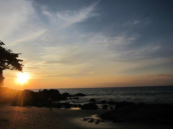 Beyond Resort Karon: tramonto sulla spiaggia