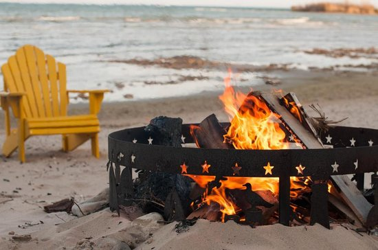 Beachfront Inn: Daytime campfire on beach
