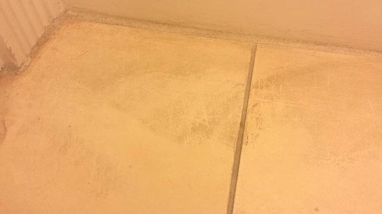 The Westin Cape Coral Resort At Marina Village : Dirty floor in the bathroom