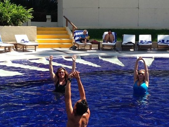 Club Regina Puerto Vallarta: Fun water aerobics class