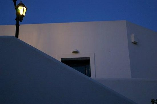 Veggera Hotel: Evening view of the architecture of the hotel.