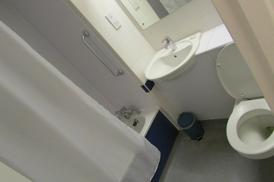 Travelodge York Central : Bathroom
