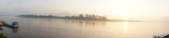 Serene at Chiangrai Hotel : 7h05 - Levé du soleil depuis notre chambre - chambre double River View