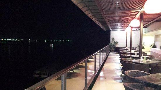 Serene at Chiangrai Hotel : Bar le long du Mékong