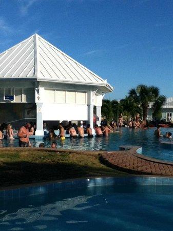 Blau Marina Varadero Resort: Swim-Up Bar in Main Pool