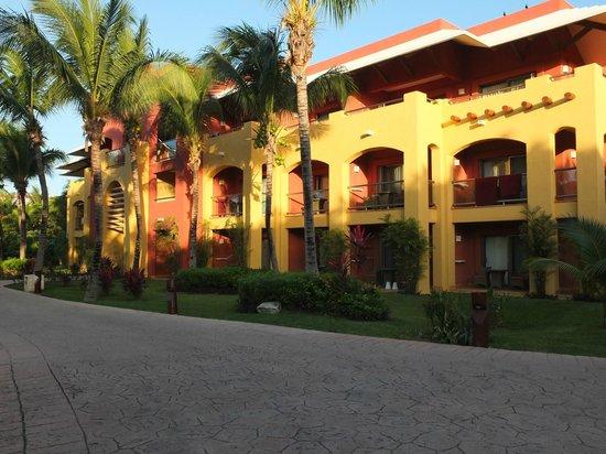 Barcelo Maya Tropical : Bâtiment près de la plage