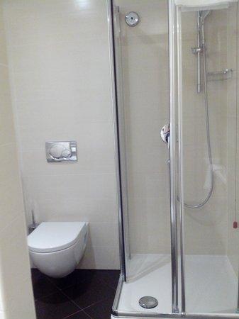 iQ Hotel Roma: Boxe e banheira separados