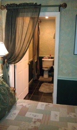 All Seasons Groveland Inn B&B : Вход в ванную