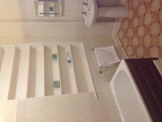 Ashfield House Hotel & Restaurant: Massive bathroom with loads of hot water