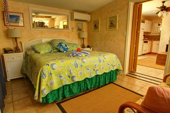 Island Bay Resort: Most cottages have a king bed