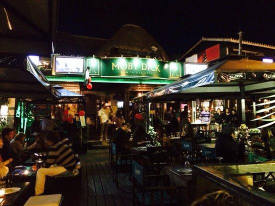Moby Dick Pub: Vista do lugar em alta temporada.