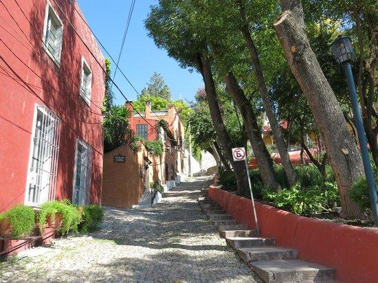 Antigua Capilla Bed and Breakfast : San Miguel street