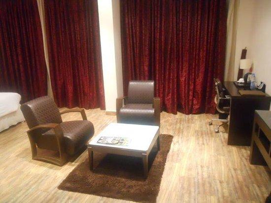 The Regent Luxury Suites: Seating area in deluxe room