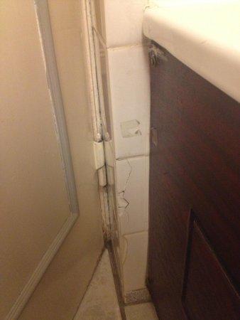 The Angel Hotel: Broken tiles in the bathroom