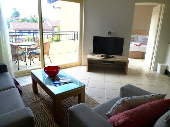 Terrigal Sails Serviced Apartments: lounge room