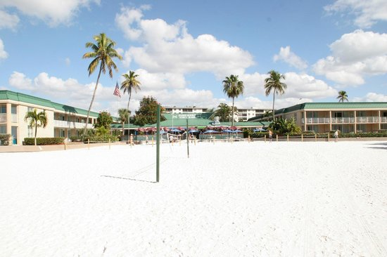 Wyndham Garden Fort Myers Beach: View from beach of Pincers Tiki Bar & hotel