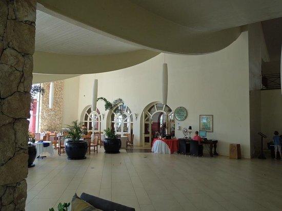 Sonesta Maho Beach Resort, Casino & Spa : Ocean Terrace lobby and restaurant tables (main restaurant is beyond doors)
