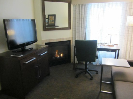 Residence Inn Boston Framingham: Cozy fire in sitting room