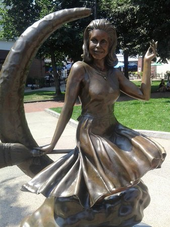 Bewitched Statue of Elizabeth Montgomery: Bewitched