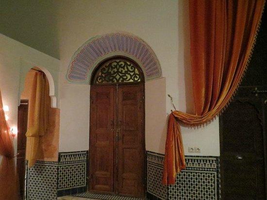 رياض تايبا: Puerta habitación andaluza